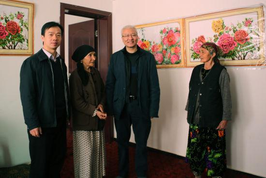 庄怀(右2)看望入住广东援建的安居富民小区的群众。