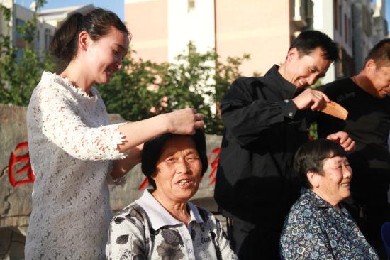 为结对亲戚梳头揉肩。