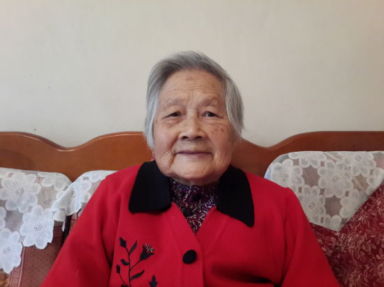 图为2016年96岁高龄的何琦女士。