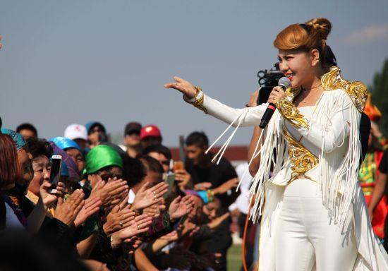 图为歌手乌兰图雅演唱歌曲《青春舞曲》《站在草原望北京》.-新疆图片