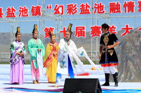 8月5日,伊吾县歌舞团演员在演出《幻彩湖传说》。