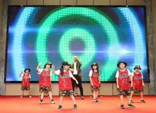 歌伴舞《大爱无疆》作为开场节目精彩上演,由阿尔法独唱,可爱的儿童舞蹈团伴舞