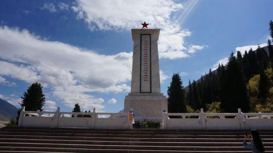 伫立在乔尔玛的筑路英雄纪念碑