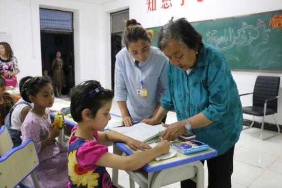 藩玉莲给孩子辅导作业。
