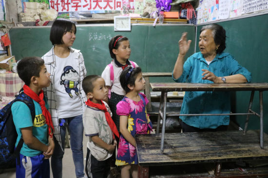 潘玉莲给孩子们讲历史。