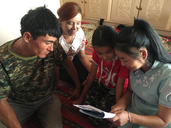 入户为农牧民宣讲忠国爱民手册。