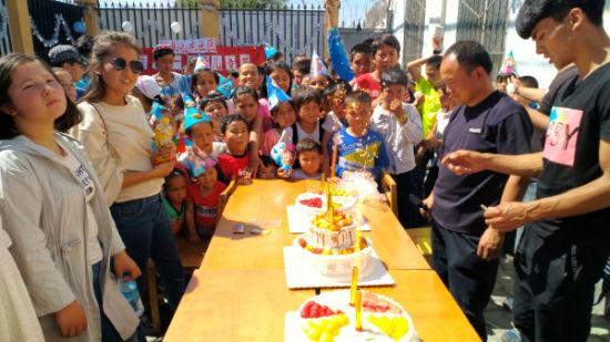 王会成为孩子们送上工作队的祝福,孩子们满足的眼神是工作队最大的幸福。