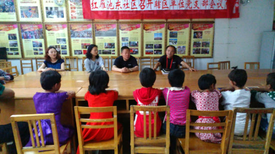 王会成队长教孩子们唱红歌。