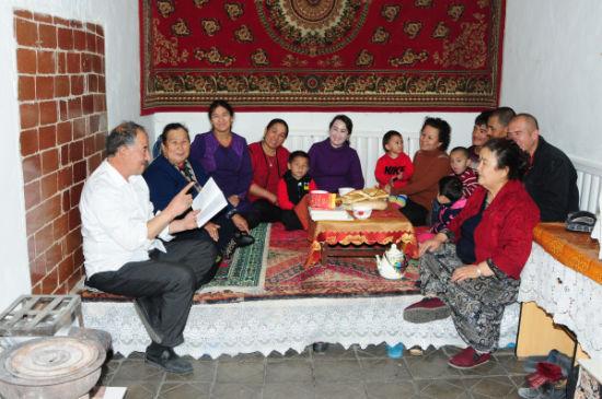 达乌提・乌拉英向居民宣讲《致维吾尔同胞觉醒书》。