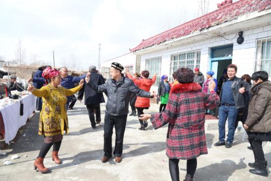 各族村民共庆诺鲁孜节。