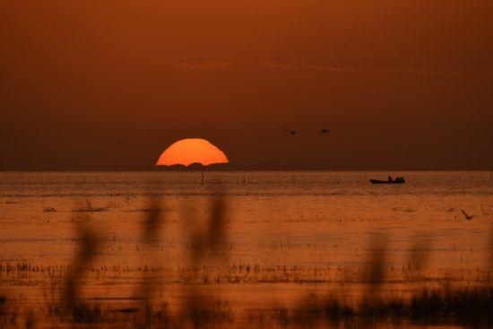 新疆博斯腾湖日出美如画