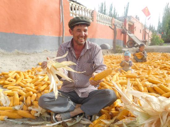 新疆发改委驻莎车县荒地镇阿木巴尔村工作队脱贫攻坚工作